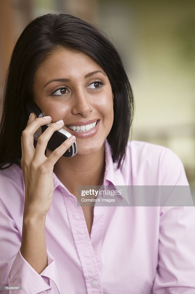 Woman talking on cellular phone : Stockfoto