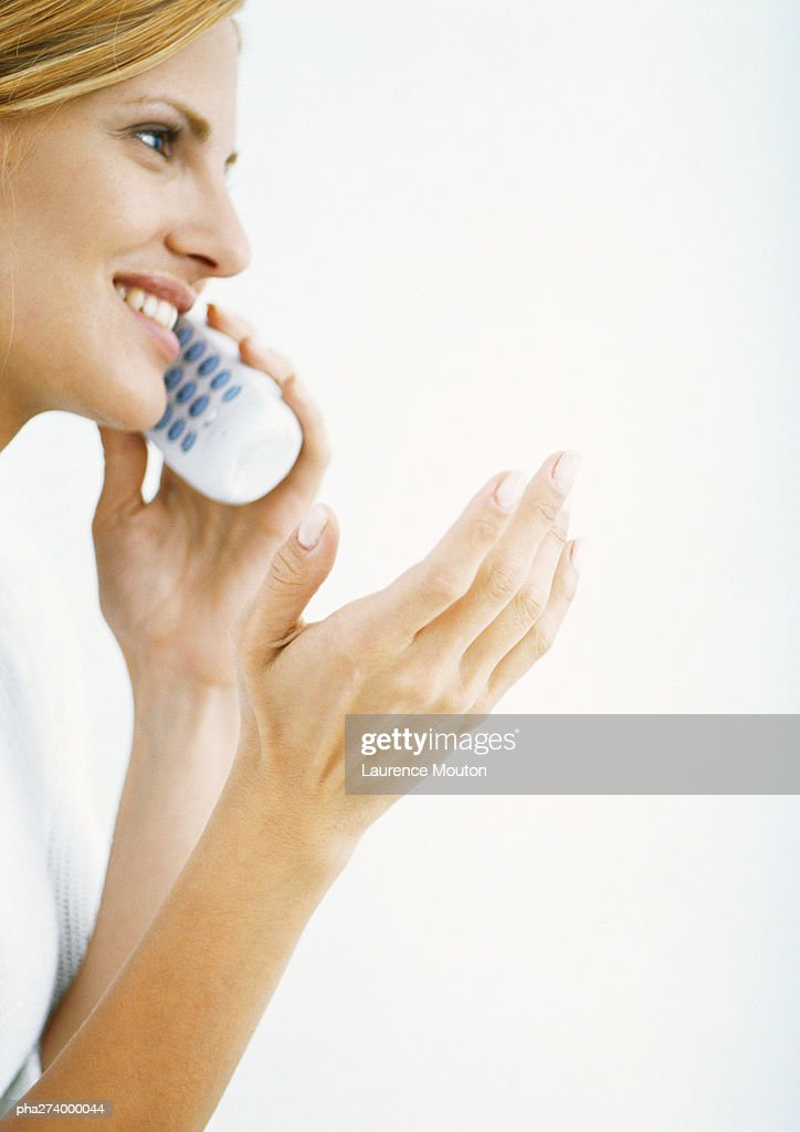 Woman talking on cordless phone and gesturing, side view : Stockfoto