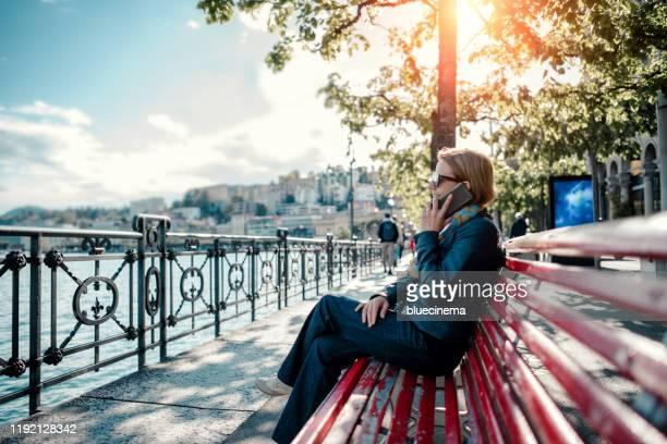 携帯電話で話している女性 - スイス ルガーノ ストックフォトと画像