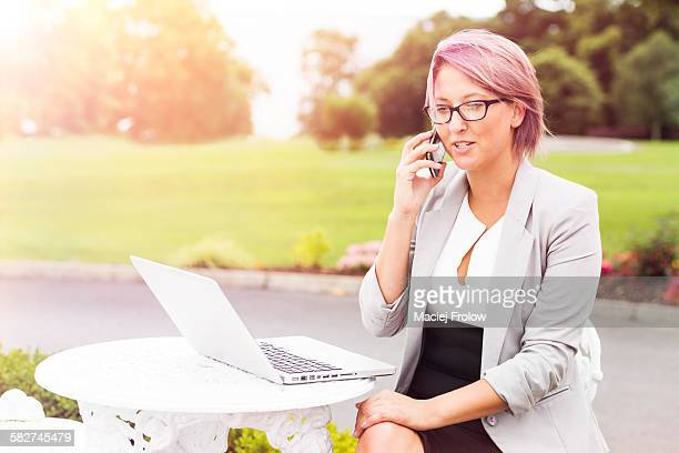 woman talking on phone outdoors - cavan images foto e immagini stock