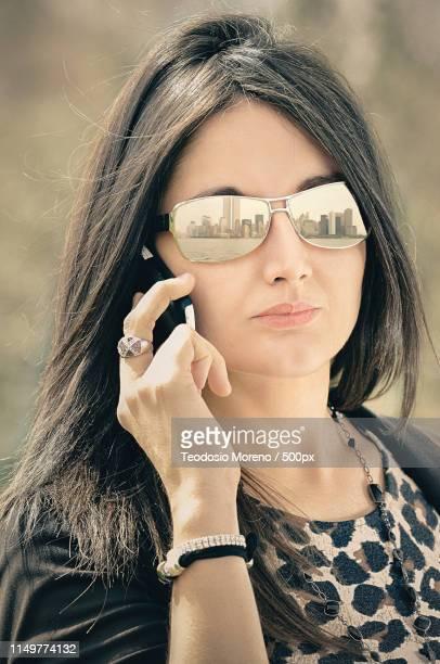 woman talking on phone - teodosio moreno fotografías e imágenes de stock