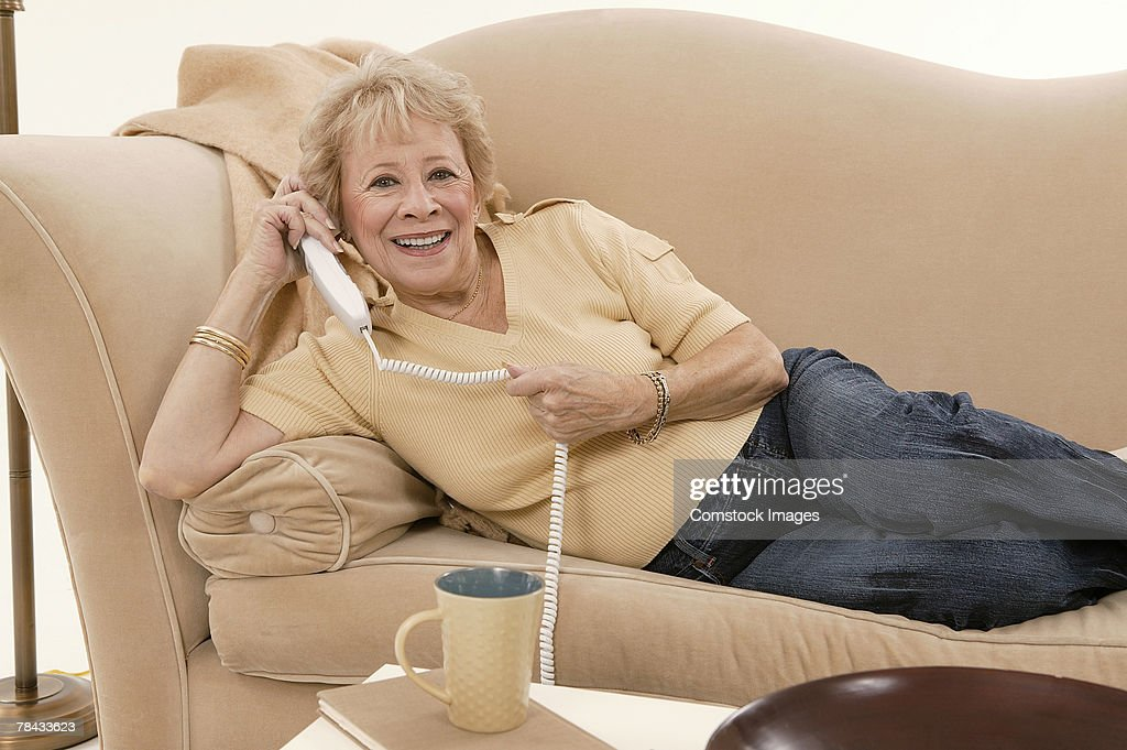 Woman talking on telephone : Stockfoto
