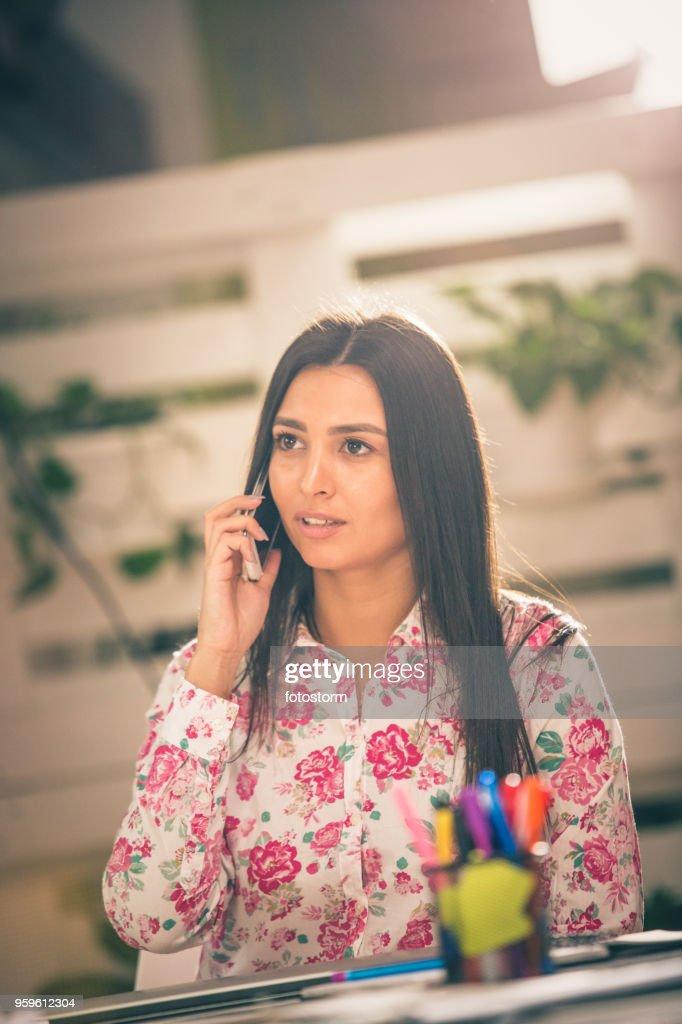 Frau im Gespräch auf dem Büro-Handy : Stock-Foto