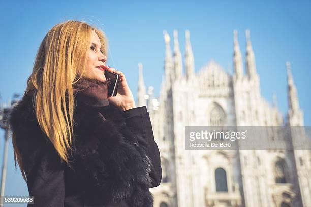 Mujer hablando por teléfono-Catedral Duomo de Milán, Italia
