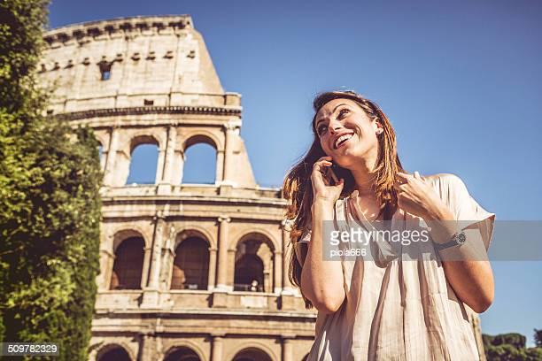 Mujer hablando por teléfono en la parte frontal del Coliseum