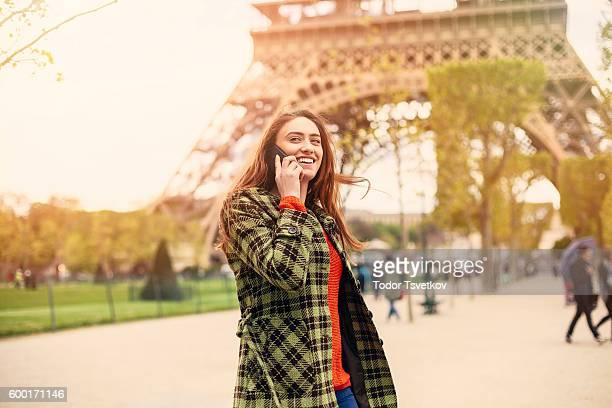 Frau spricht am Telefon in Paris
