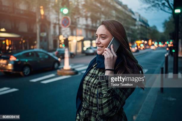 Femme parlant sur le téléphone