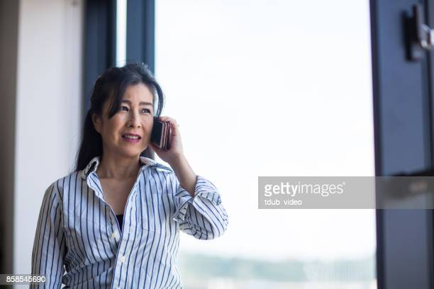a woman talking on the phone - tdub_video stock pictures, royalty-free photos & images