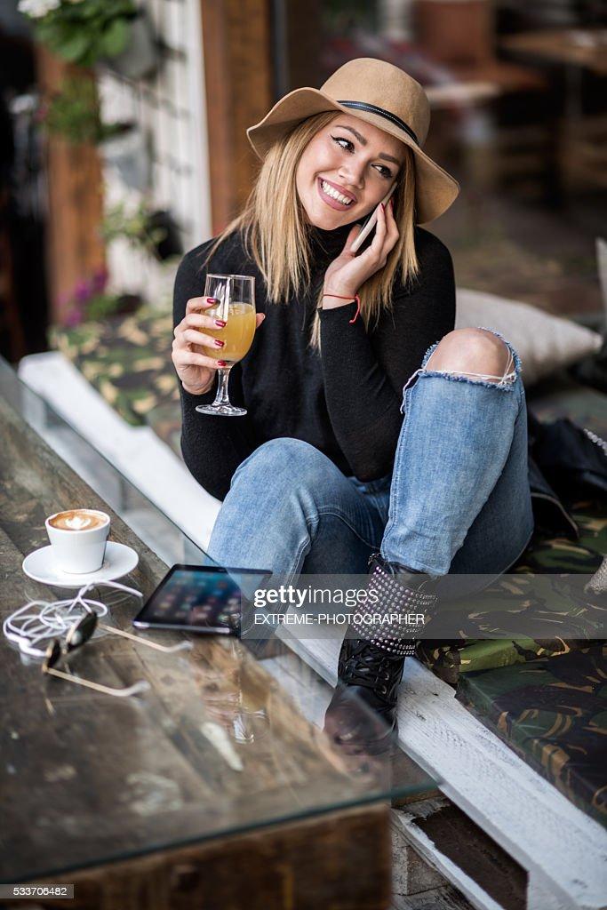 Donna parlando su un telefono cellulare : Foto stock