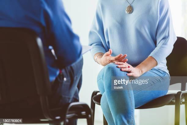 mujer hablando con psicoterapeuta - izusek fotografías e imágenes de stock