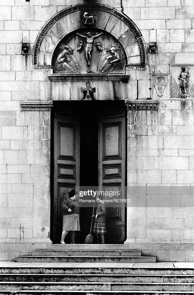 Doorway Conversation : News Photo