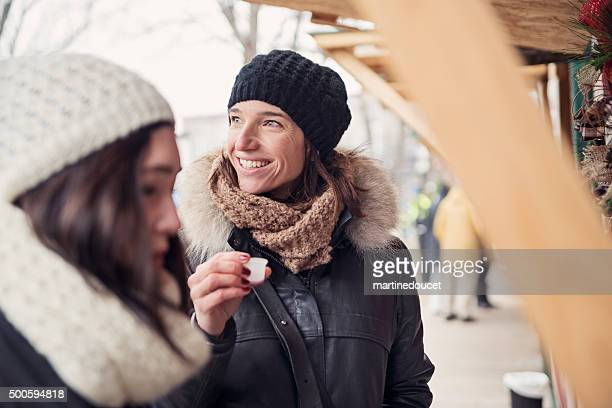"""frau verkostung etwas in den freien markt im winter. - """"martine doucet"""" or martinedoucet stock-fotos und bilder"""