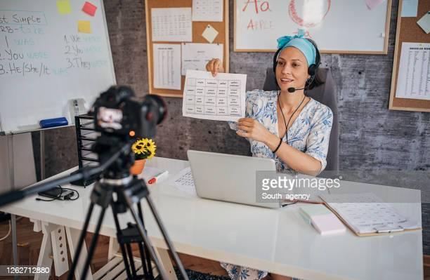 コロナウイルス大流行期にオンラインクラスを保持する女性教師 - 離れた ストックフォトと画像