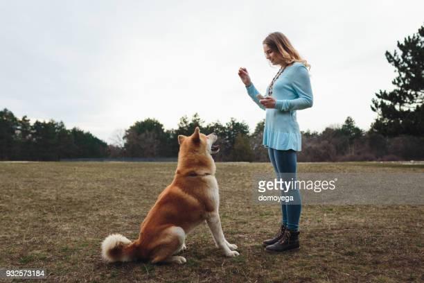 女性は彼女の犬のいくつかのスキルを教える