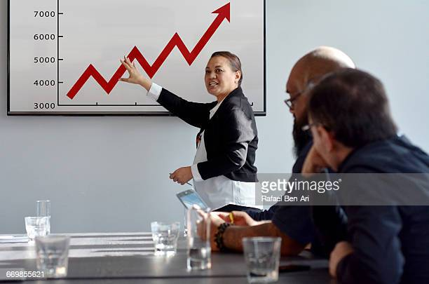 woman team leader manager leads a business meeting - rafael ben ari imagens e fotografias de stock
