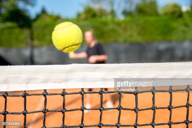 donna tennista che cerca di colpire dead net cord ball - colpire foto e immagini stock
