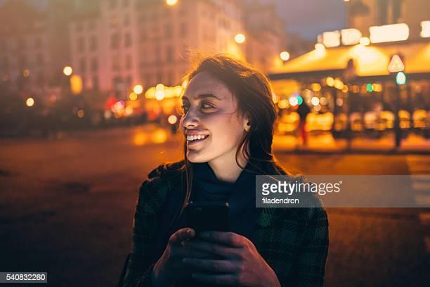 Femme écrire un texto de nuit