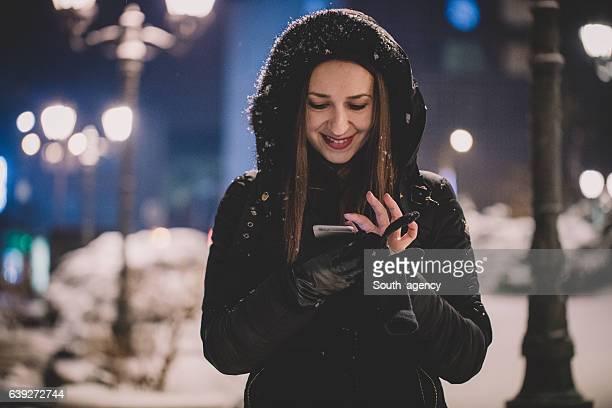 Frau SMS auf der Straße
