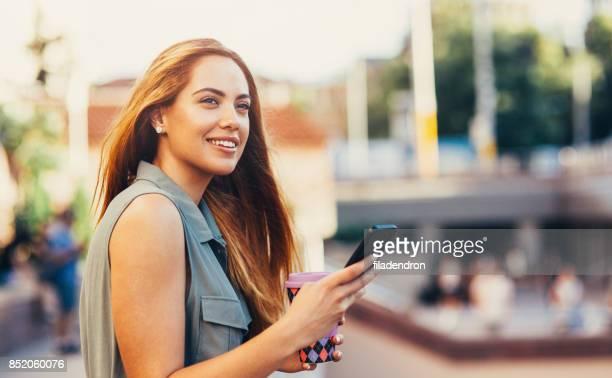 Frau SMS auf die Stadt