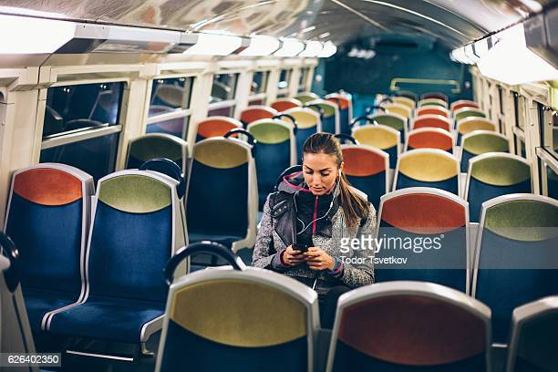 Frau SMS in der metro