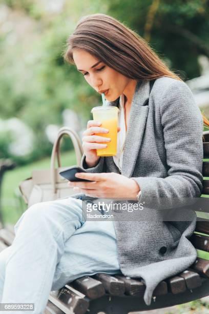Femme SMS dans le parc