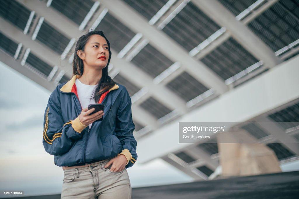 Frau SMS auf dem Handy : Stock-Foto