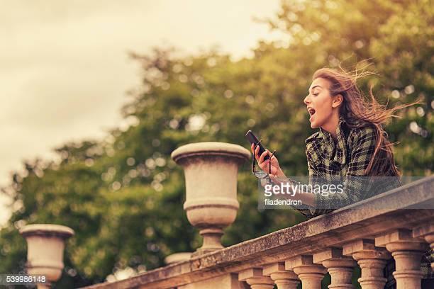 女性 メール電話中パリで
