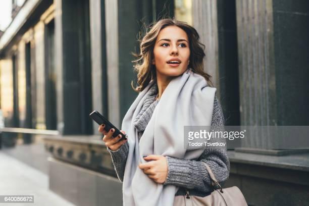 Frau SMS im Freien