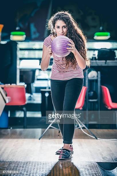 Frau werfen Bowlingkugel