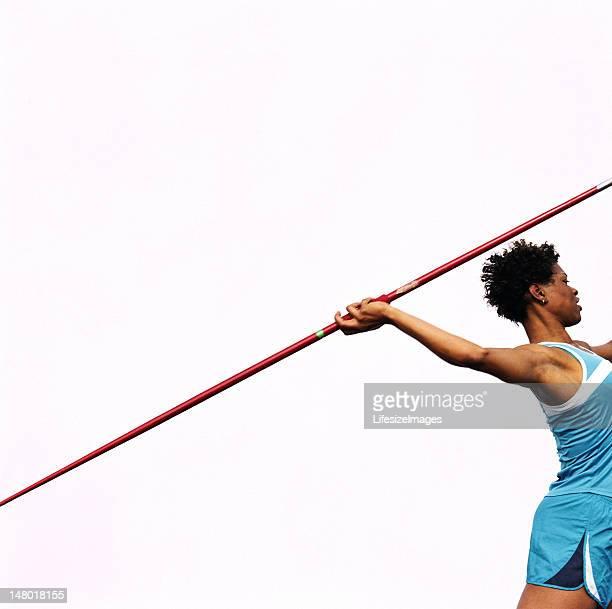 Mujer tirando jabalina, vista lateral