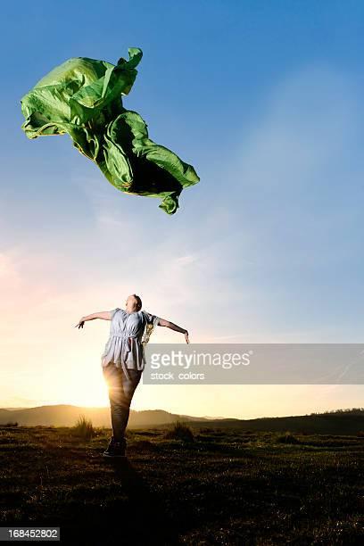 femme jeter une écharpe - foulard accessoire vestimentaire pour le cou photos et images de collection