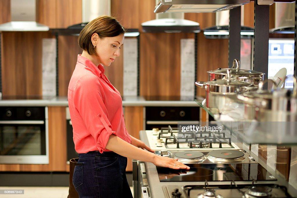 Femme acheter la cuisinière : Photo