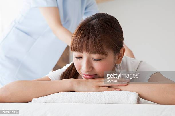 woman to relax asked to massage your back - body massage japan stock pictures, royalty-free photos & images