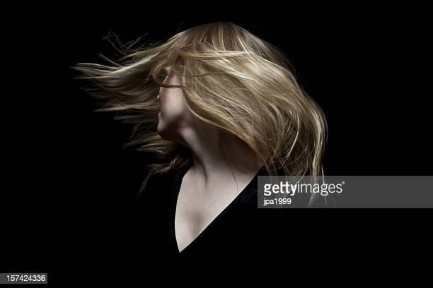 Donna tossign i capelli