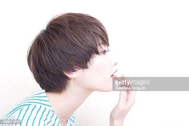 woman touching her lip - franja estilo de cabelo - fotografias e filmes do acervo