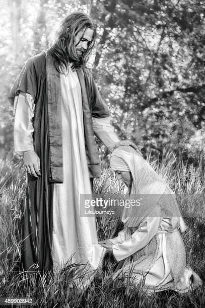 Mulher tocando a bainha de Cristo do Roupão de