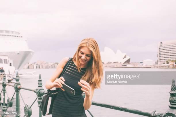 mulher turismo sydney - teatro de ópera - fotografias e filmes do acervo