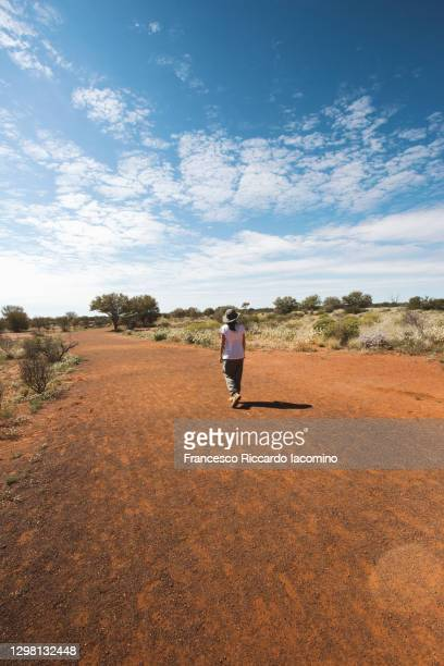 woman tourist exploring the outback, northern territory, central australia. - francesco riccardo iacomino australia foto e immagini stock