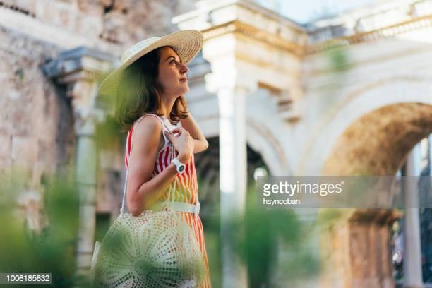 turístico de la mujer en la calle viajando - turquia fotografías e imágenes de stock