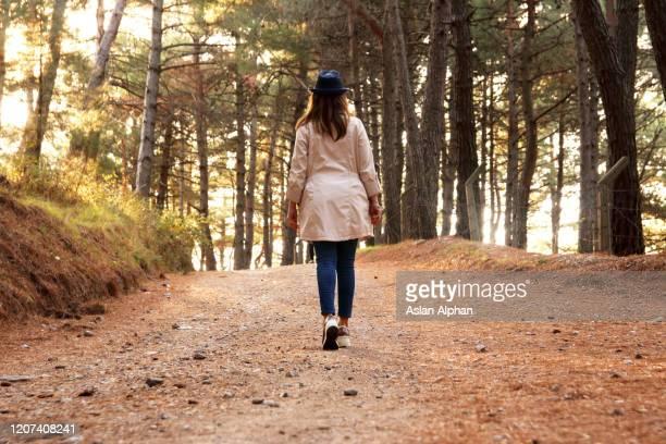 touriste de femme marchant dans la forêt - arab feet photos et images de collection