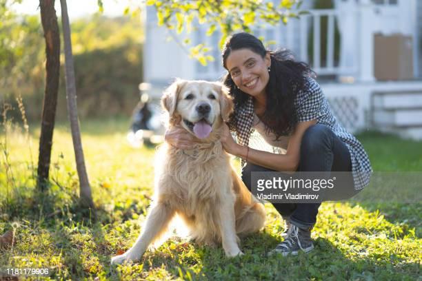 裏庭で犬を訓練する女性 - training grounds ストックフォトと画像