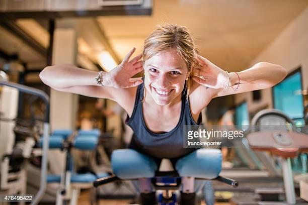 Frau training und macht Dehnübungen für seine Rückseite