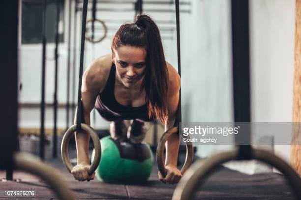 frau hart trainiert im fitness-studio - frauen ringen stock-fotos und bilder