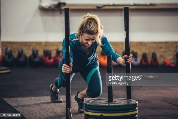 woman training hard - crossfit stock pictures, royalty-free photos & images