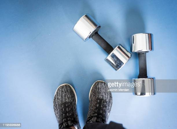 woman training in gym - hijab feet photos et images de collection