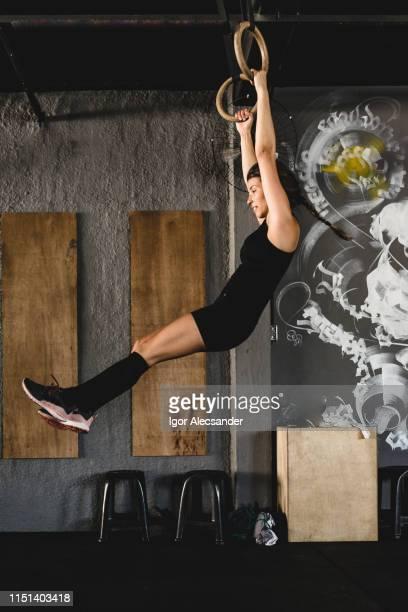 frauentraining mit gymnastikringen im fitnessstudio - frauen ringen stock-fotos und bilder