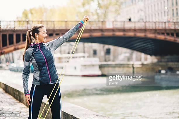 Frau Trainieren mit einem Widerstand Band outsoors
