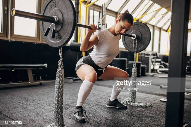 woman training with weights - women's weightlifting stock pictures, royalty-free photos & images