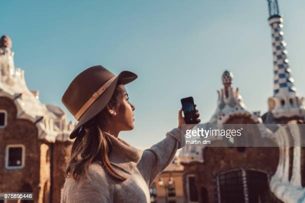 viajero mujer explorar europa con smartphone - barcelona spain fotografías e imágenes de stock
