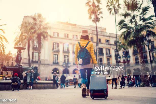 女性旅行者がヨーロッパの街を歩く - 旅行地 ストックフォトと画像